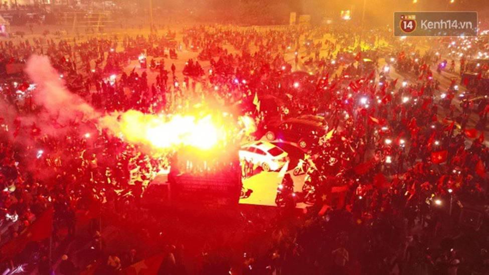 Chùm ảnh: Chảo lửa Mỹ Đình nóng rực khi người hâm mộ được thoả cơn khát vô địch AFF Cup sau 10 năm chờ đợi-1