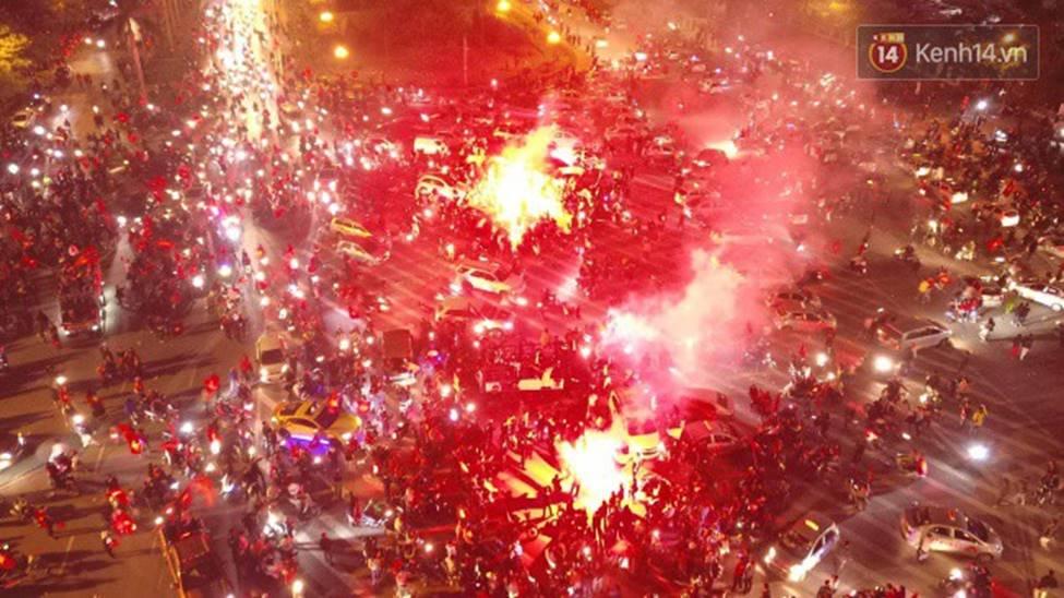Chùm ảnh: Chảo lửa Mỹ Đình nóng rực khi người hâm mộ được thoả cơn khát vô địch AFF Cup sau 10 năm chờ đợi-2