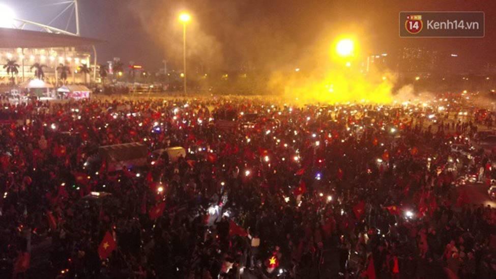 Chùm ảnh: Chảo lửa Mỹ Đình nóng rực khi người hâm mộ được thoả cơn khát vô địch AFF Cup sau 10 năm chờ đợi-5