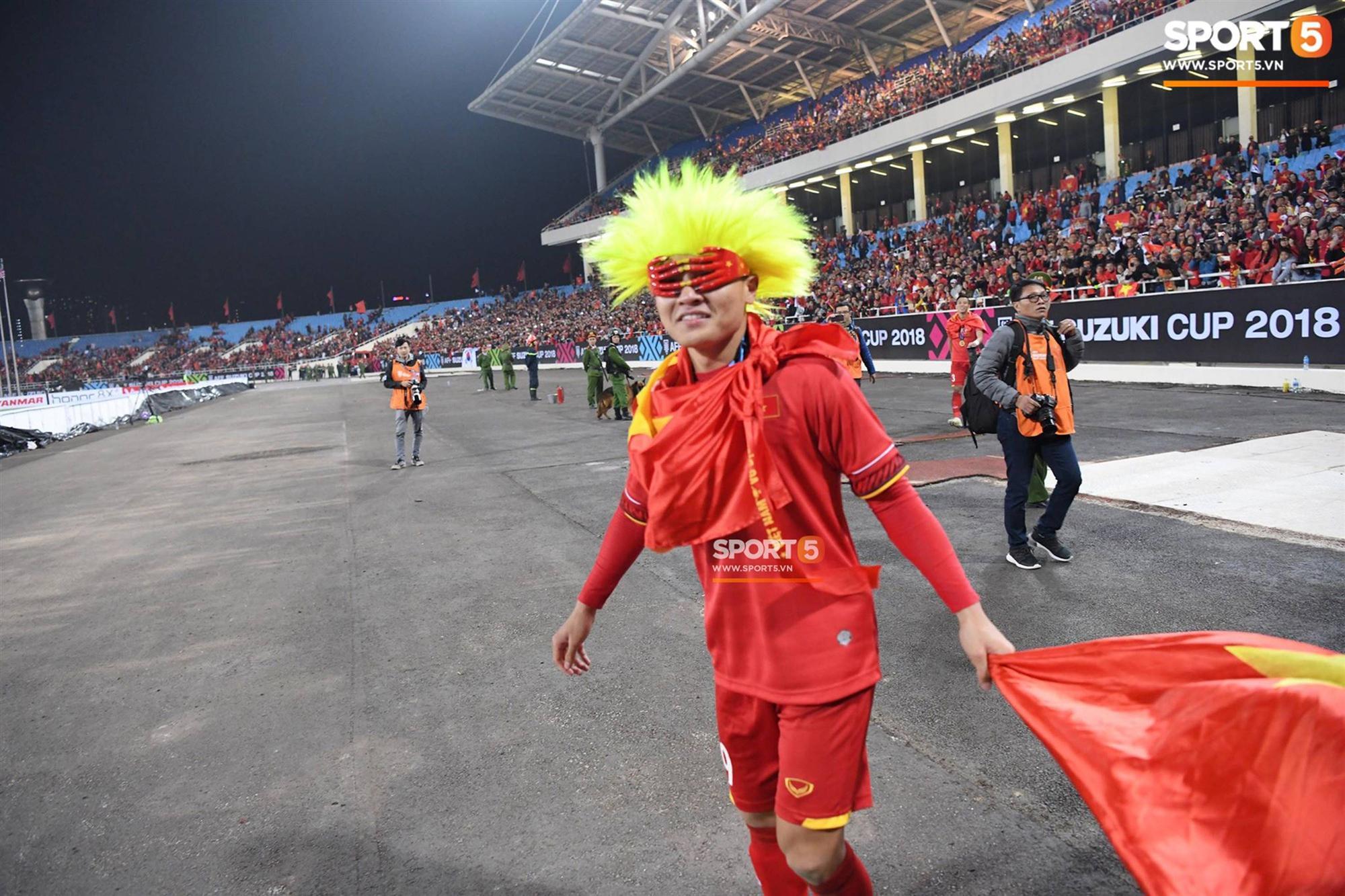 Quang Hải đội tóc giả màu nõn chuối, đi tung tăng khắp sân, xứng đáng là màn ăn mừng cute nhất sau trận chung kết-3