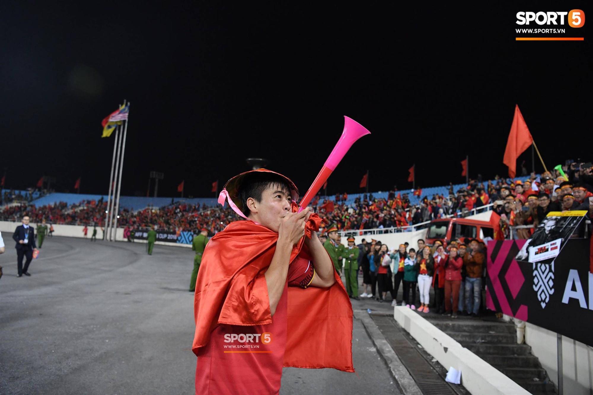 Quang Hải đội tóc giả màu nõn chuối, đi tung tăng khắp sân, xứng đáng là màn ăn mừng cute nhất sau trận chung kết-5