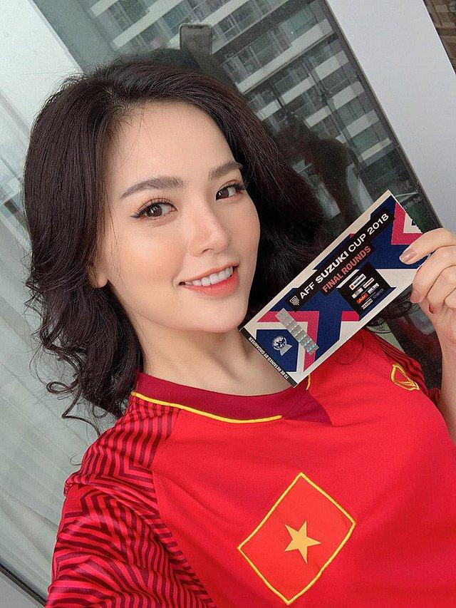 Danh tính không phải dạng vừa của nữ cổ động viên xinh như hoa hậu trong trận chung kết AFF Cup 2018-2