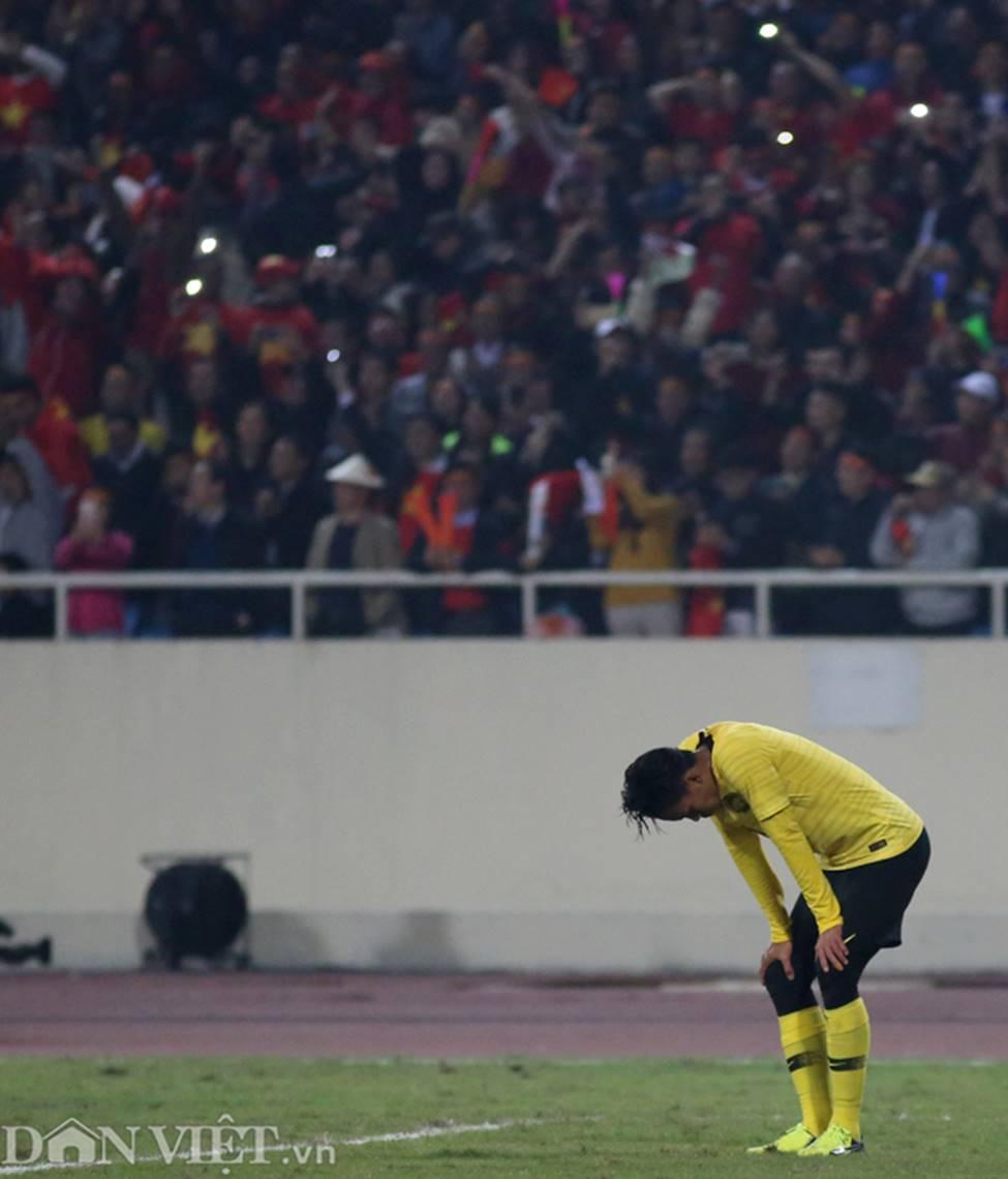 Ảnh: Cầu thủ Malaysia đổ gục sau trận thua Việt Nam-4