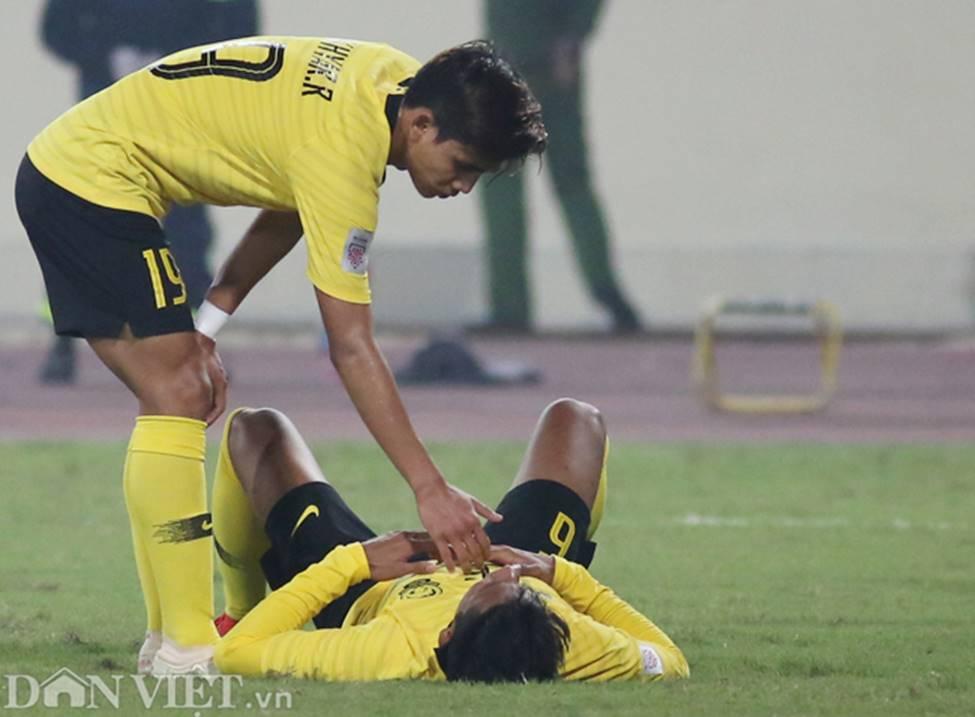 Ảnh: Cầu thủ Malaysia đổ gục sau trận thua Việt Nam-5