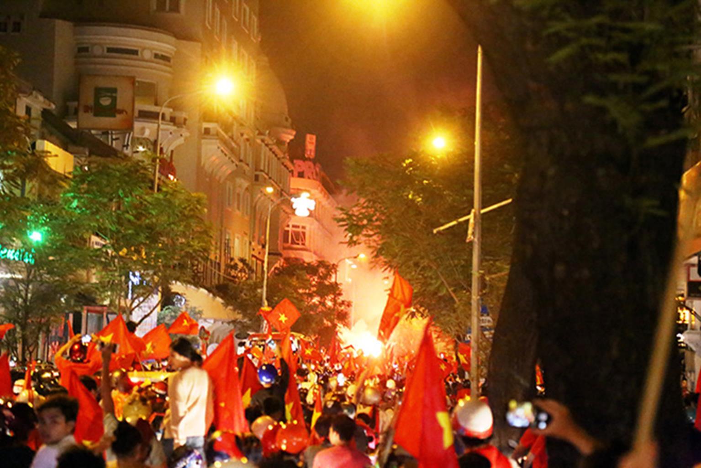 Đốt cả xe máy để ăn mừng chiến thắng của ĐT Việt Nam, fan cuồng gây sốc-2