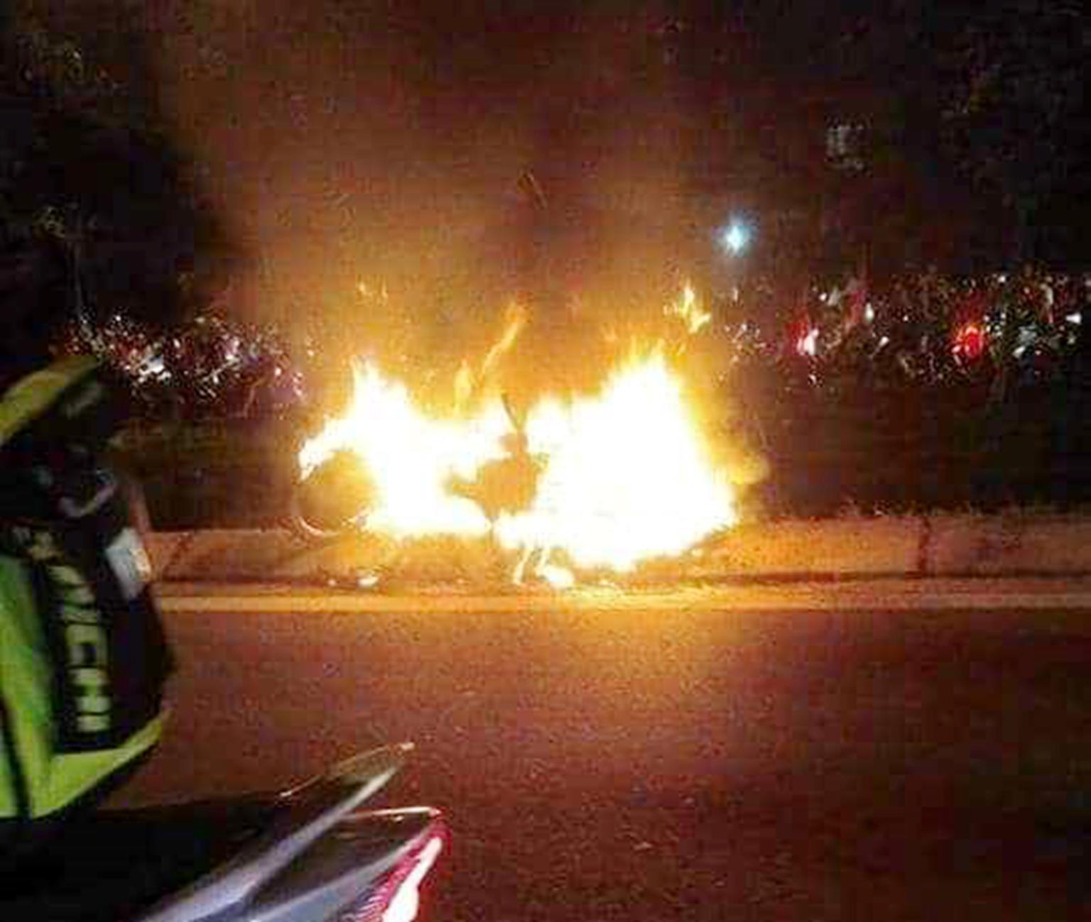 Đốt cả xe máy để ăn mừng chiến thắng của ĐT Việt Nam, fan cuồng gây sốc-3