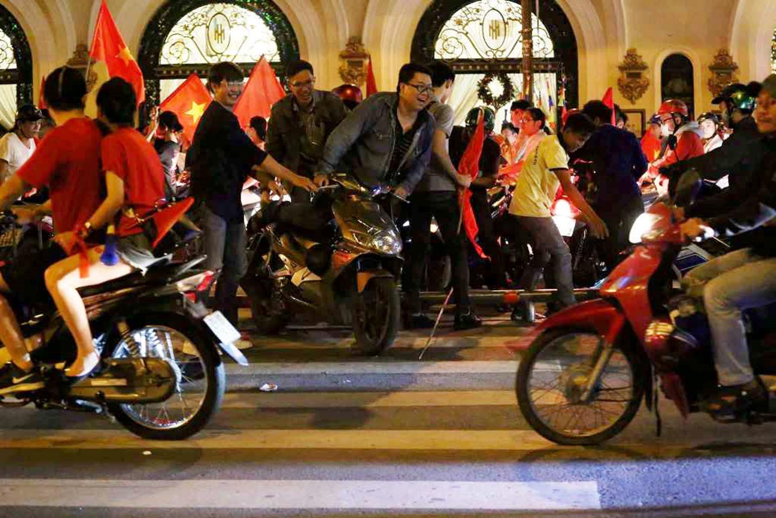 Đốt cả xe máy để ăn mừng chiến thắng của ĐT Việt Nam, fan cuồng gây sốc-8