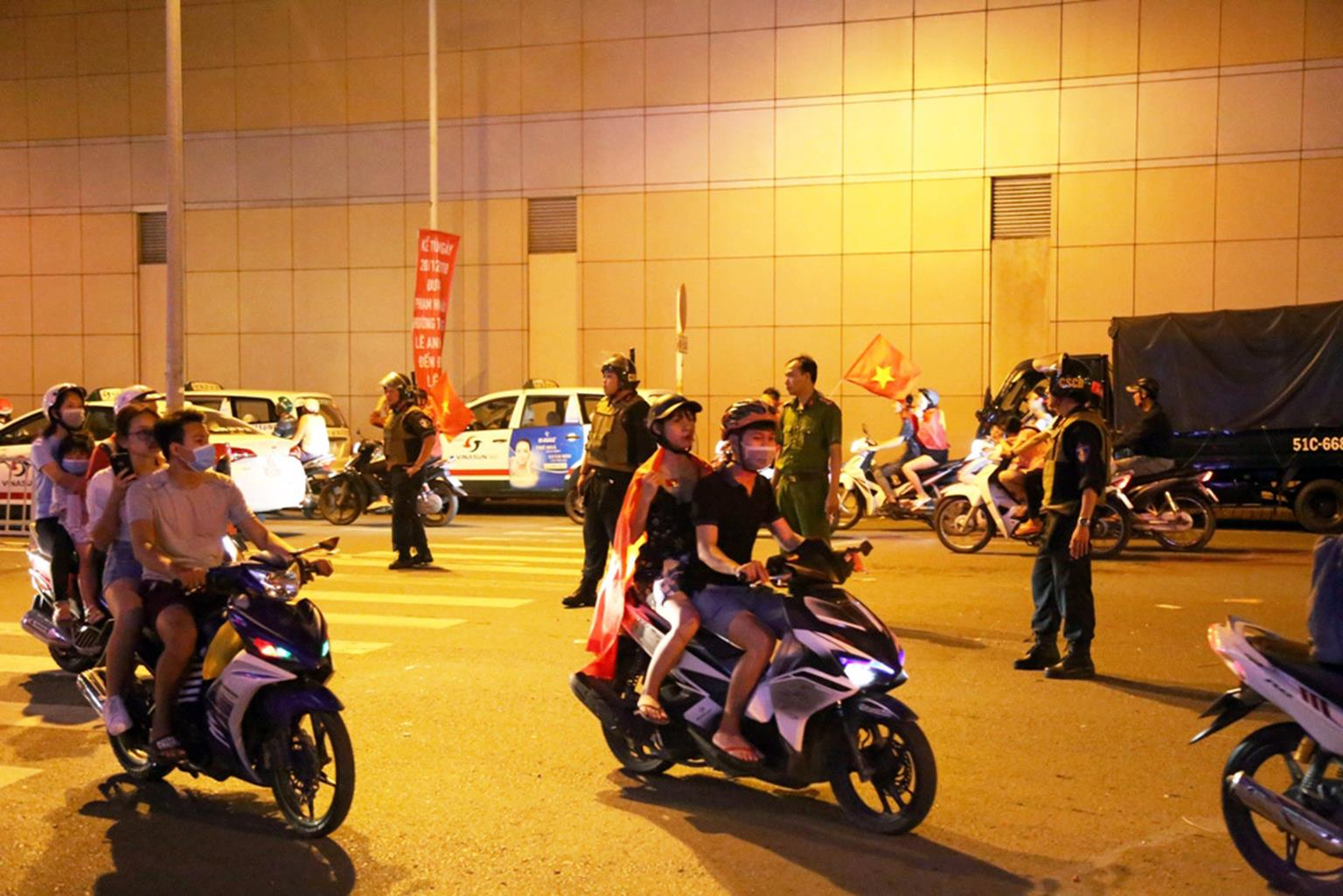 Đốt cả xe máy để ăn mừng chiến thắng của ĐT Việt Nam, fan cuồng gây sốc-9