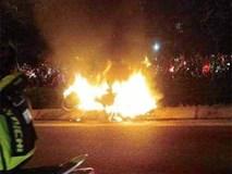 Đốt cả xe máy để ăn mừng chiến thắng của ĐT Việt Nam, fan cuồng gây sốc