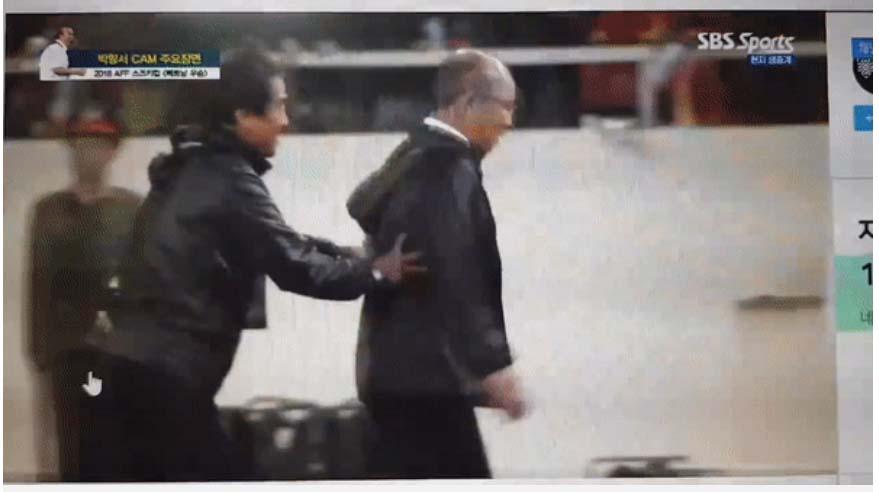 Loạt sắc thái của HLV Park Hang-seo được đài SBS ưu ái thực hiện: Lúc gắt gao chỉ đạo học trò, khi tươi cười vẫy tay đáng yêu hết nấc-4