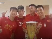 Video HLV Park cùng học trò lấy cúp vô địch uống bia ăn mừng