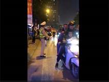 Clip: Anh CSGT 'dễ thương nhất cơn bão' đập tay ăn mừng với CĐV trên phố