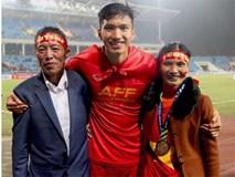 Bố mẹ Đoàn Văn Hậu kể chuyện vui khi bắt xe ôm ra bến xe sau trận chung kết: