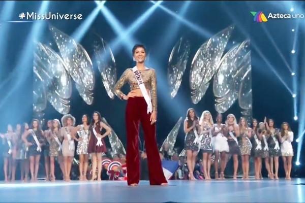 Điều đặc biệt nhất chung kết Miss Universe 2018: Giữa rừng váy dạ hội, HHen Niê một mình một kiểu với set đồ này-1
