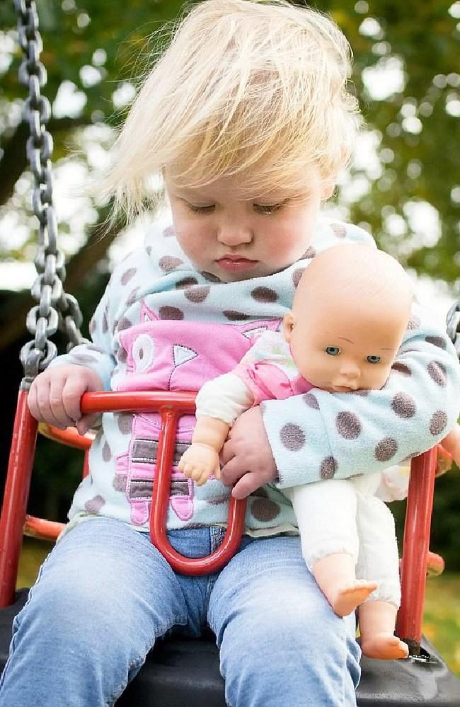 Bố thấy con gái ngủ gật trên ghế đu dễ thương nên chụp ảnh, ngờ đâu đó là dấu hiệu của căn bệnh tử thần-1