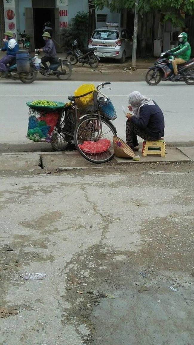 Nhìn người bán hàng rong ăn vội suất cơm hộp bên đường dưới tiết trời 11 độ, bạn nghĩ gì?-1