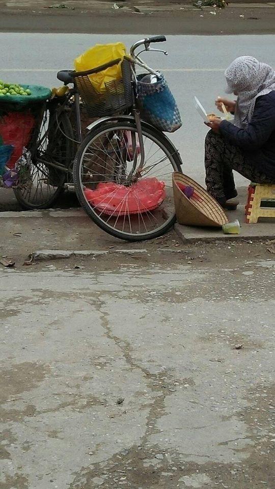 Nhìn người bán hàng rong ăn vội suất cơm hộp bên đường dưới tiết trời 11 độ, bạn nghĩ gì?-2