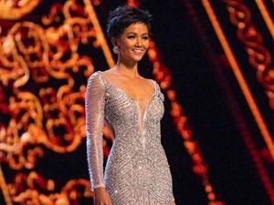 Khoảnh khắc H'Hen Niê phô trọn đường cong quyến rũ trong đêm chung kết Miss Universe 2018