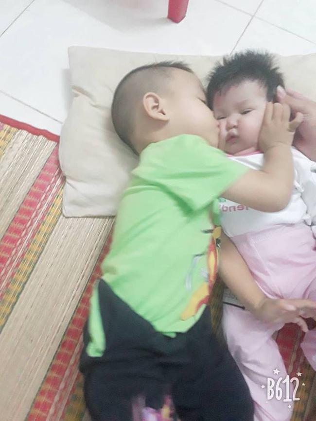 Anh trai 2 tuổi đút cho em ăn, mẹ thấy con ọe tức tốc đưa đi viện và hốt hoảng khi nhìn kết quả X-quang-4