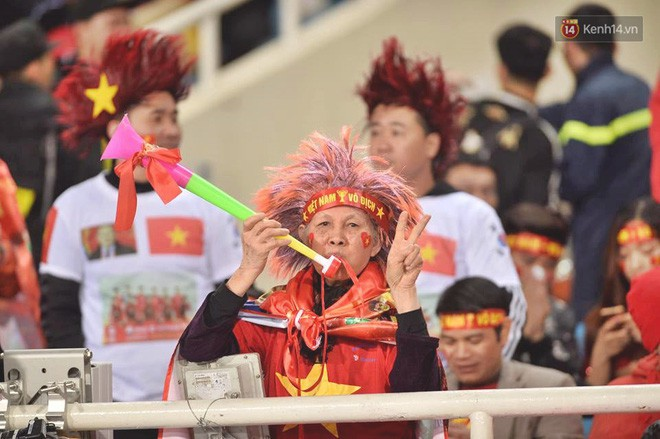 CĐV Việt Nam kêu gọi cấm kèn vuvuzela, trả lại bầu không khí trong sạch cho sân Mỹ Đình, đồng thời học hỏi cách cổ vũ chuyên nghiệp của Malaysia-9