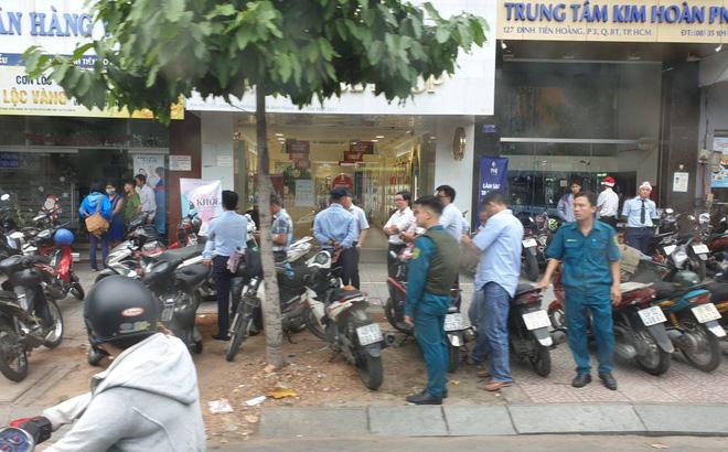 Vụ dùng súng cướp 1,5 tỷ đồng ngân hàng ở Sài Gòn: Nghi can đốt xe máy gây án-1