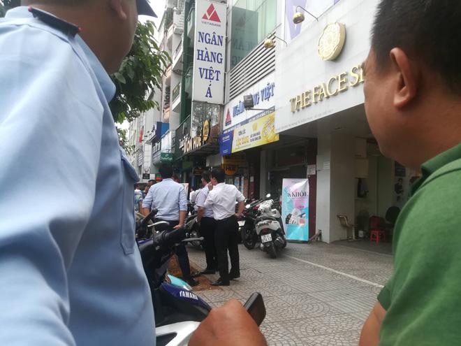 Vụ dùng súng cướp 1,5 tỷ đồng ngân hàng ở Sài Gòn: Nghi can đốt xe máy gây án-2