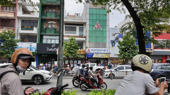 Vụ dùng súng cướp 1,5 tỷ đồng ngân hàng ở Sài Gòn: Nghi can đốt xe máy gây án-3