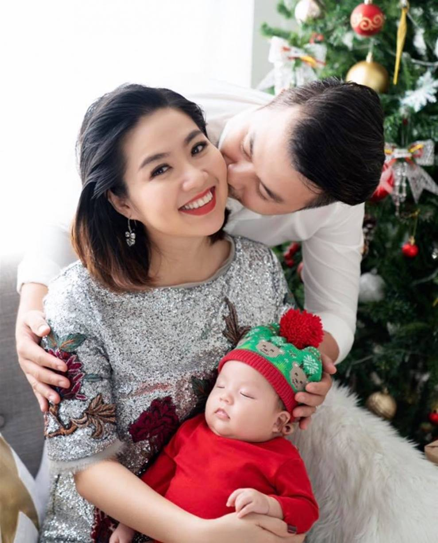 Vợ chồng Lê Khánh thực hiện bộ ảnh ý nghĩa trong lần đầu tiên con trai được đón Noel-1
