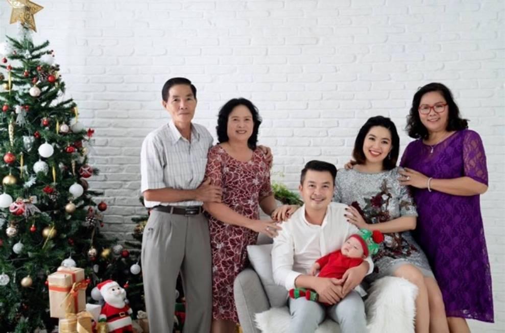 Vợ chồng Lê Khánh thực hiện bộ ảnh ý nghĩa trong lần đầu tiên con trai được đón Noel-4
