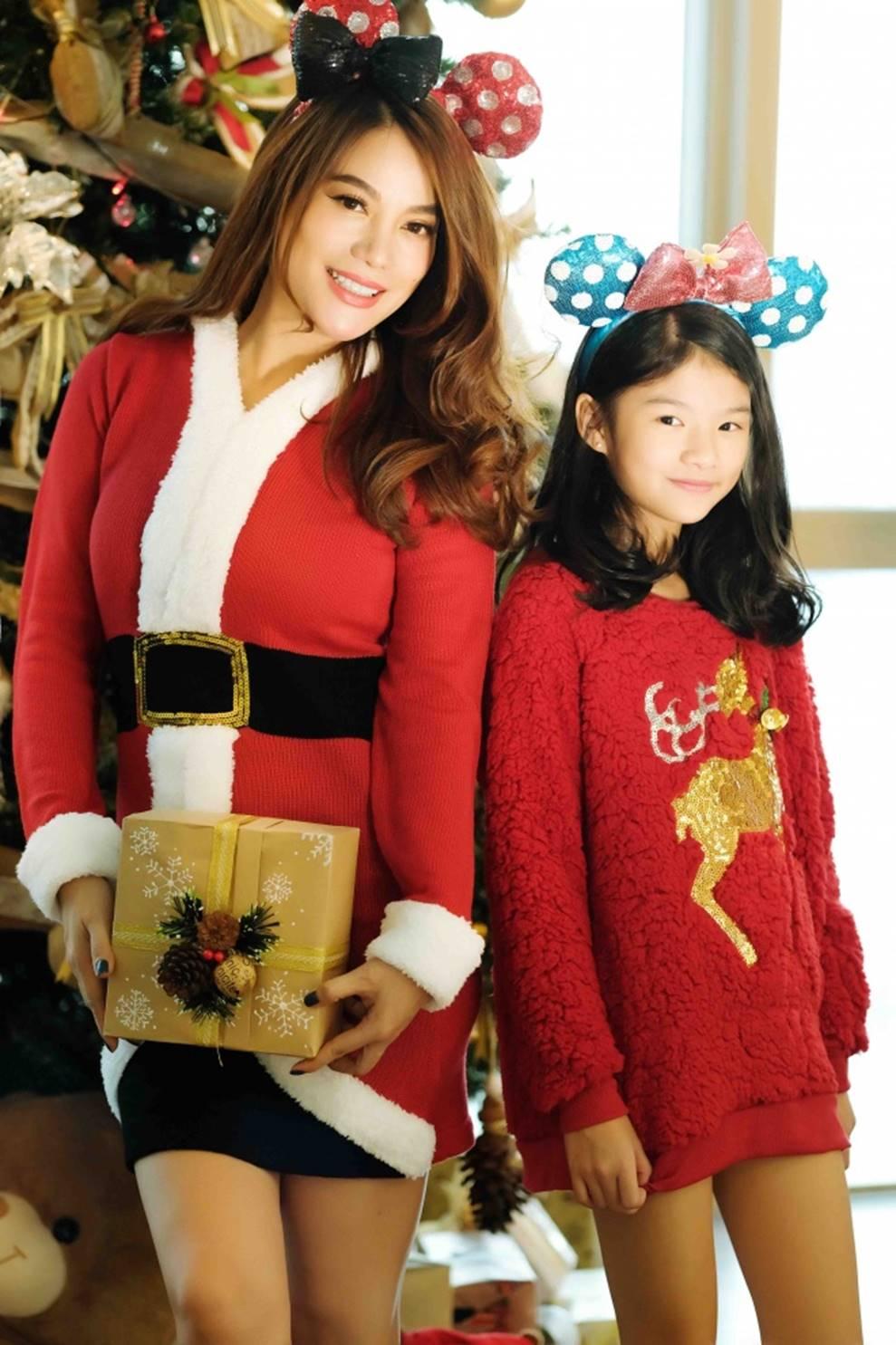 Trương Ngọc Ánh khoe vẻ gợi cảm, đón Giáng sinh sớm cùng con gái Bảo Tiên-5