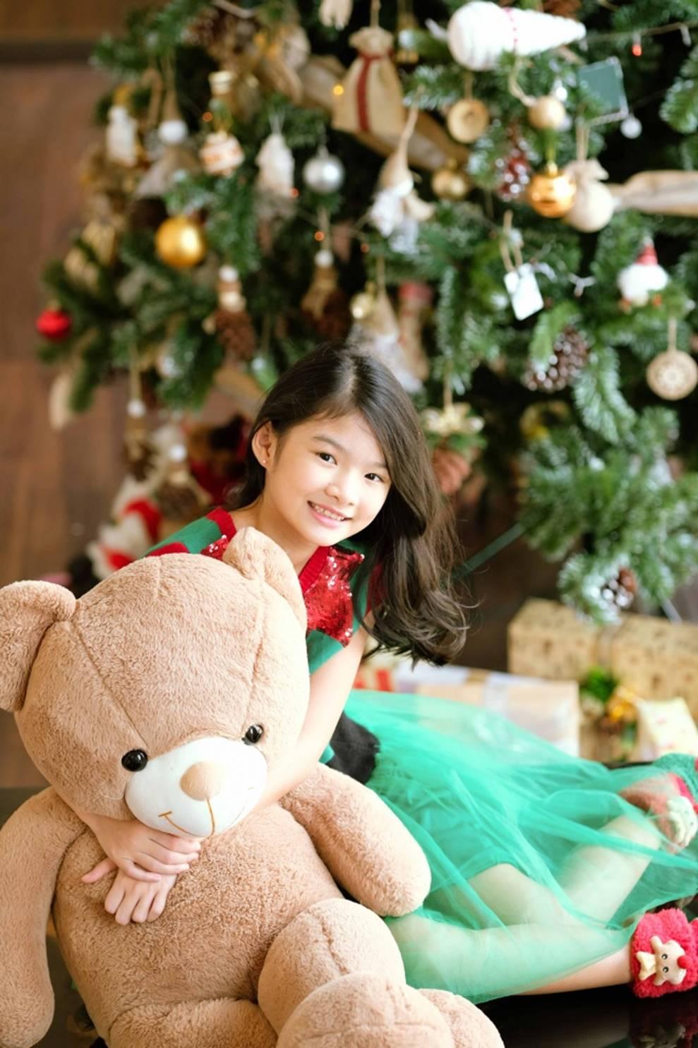 Trương Ngọc Ánh khoe vẻ gợi cảm, đón Giáng sinh sớm cùng con gái Bảo Tiên-8