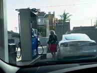 Chết cười với chị gái tóc vàng hoe đỏ mắt tìm cách... đổ xăng cho xe Tesla Model S