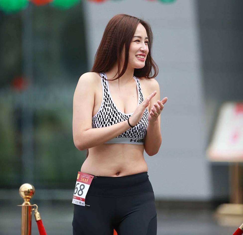 Mai Phương Thúy, Phi Thanh Vân lộ mỡ vì quần áo gợi cảm nhưng phản chủ-1