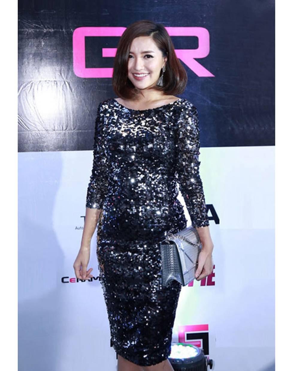Mai Phương Thúy, Phi Thanh Vân lộ mỡ vì quần áo gợi cảm nhưng phản chủ-18