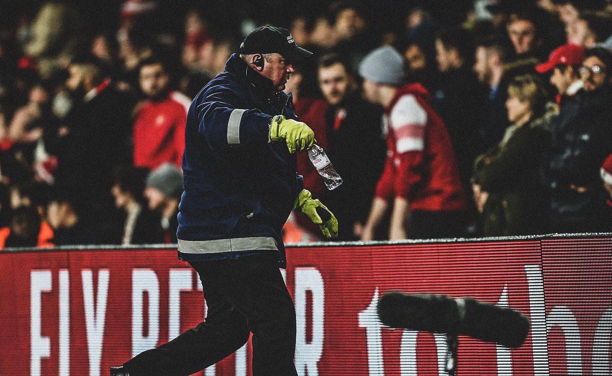 Bị CĐV Arsenal ném chai nước vào đầu, đồng đội của Son Heung-min đáp trả cực mạnh-2