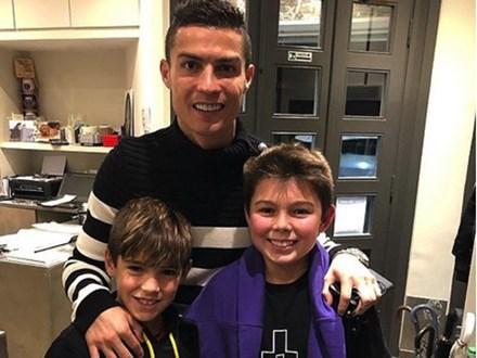 C.Ronaldo gây bất ngờ khi tươi cười chụp ảnh cùng con trai Buffon
