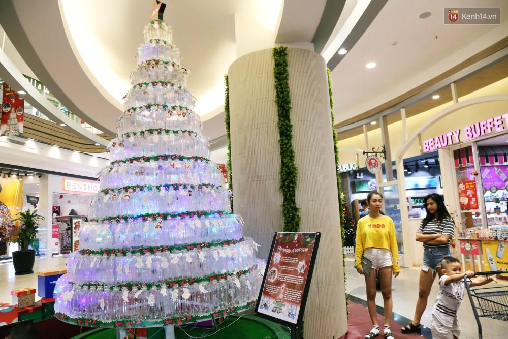 Những điều ước giản đơn trên cây thông Noel làm bằng vỏ chai nhựa ở Sài Gòn: Con ước ba mẹ sẽ không cãi nhau nữa...-1
