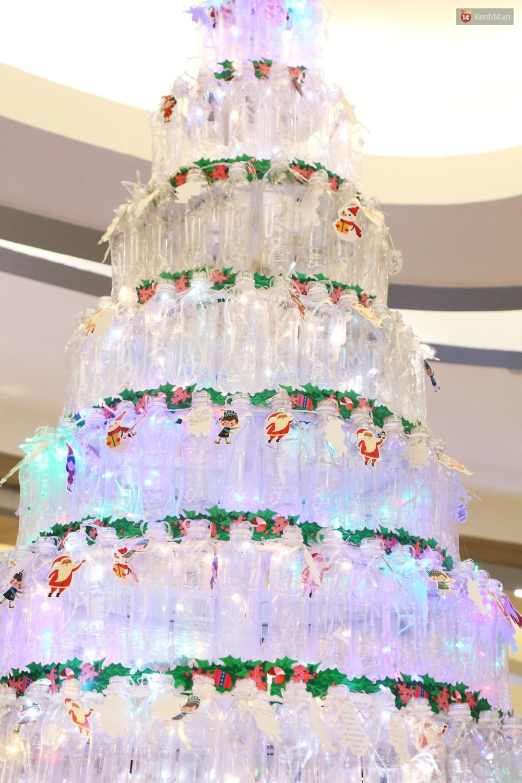 Những điều ước giản đơn trên cây thông Noel làm bằng vỏ chai nhựa ở Sài Gòn: Con ước ba mẹ sẽ không cãi nhau nữa...-2