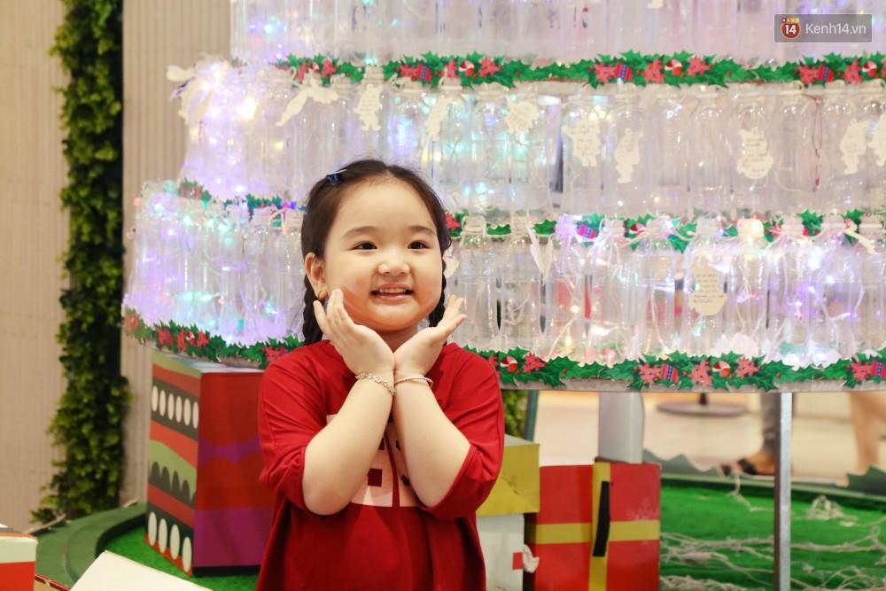 Những điều ước giản đơn trên cây thông Noel làm bằng vỏ chai nhựa ở Sài Gòn: Con ước ba mẹ sẽ không cãi nhau nữa...-3