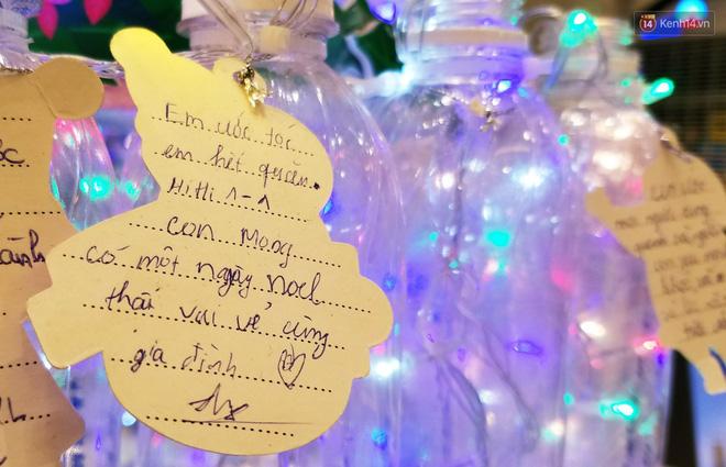 Những điều ước giản đơn trên cây thông Noel làm bằng vỏ chai nhựa ở Sài Gòn: Con ước ba mẹ sẽ không cãi nhau nữa...-4