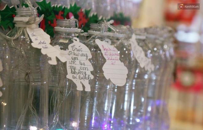 Những điều ước giản đơn trên cây thông Noel làm bằng vỏ chai nhựa ở Sài Gòn: Con ước ba mẹ sẽ không cãi nhau nữa...-10
