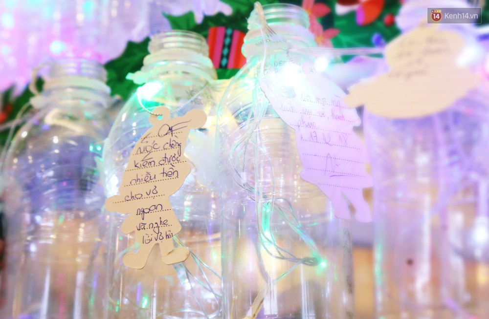 Những điều ước giản đơn trên cây thông Noel làm bằng vỏ chai nhựa ở Sài Gòn: Con ước ba mẹ sẽ không cãi nhau nữa...-7
