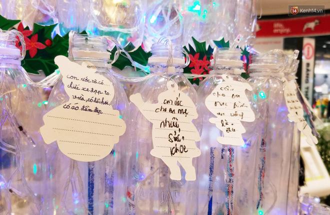 Những điều ước giản đơn trên cây thông Noel làm bằng vỏ chai nhựa ở Sài Gòn: Con ước ba mẹ sẽ không cãi nhau nữa...-9