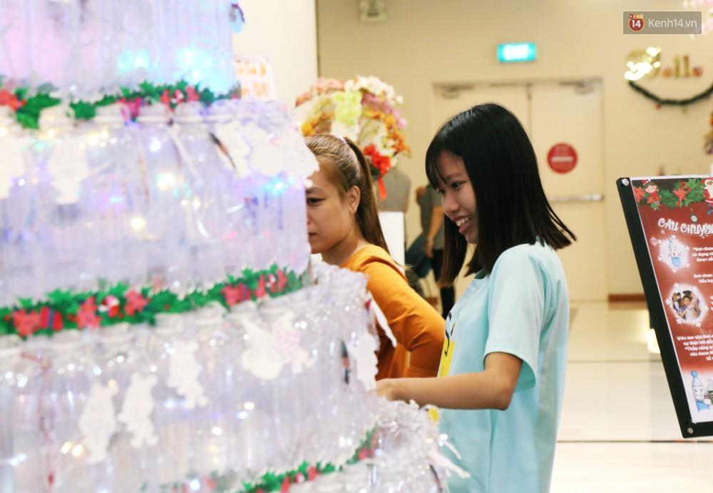 Những điều ước giản đơn trên cây thông Noel làm bằng vỏ chai nhựa ở Sài Gòn: Con ước ba mẹ sẽ không cãi nhau nữa...-12