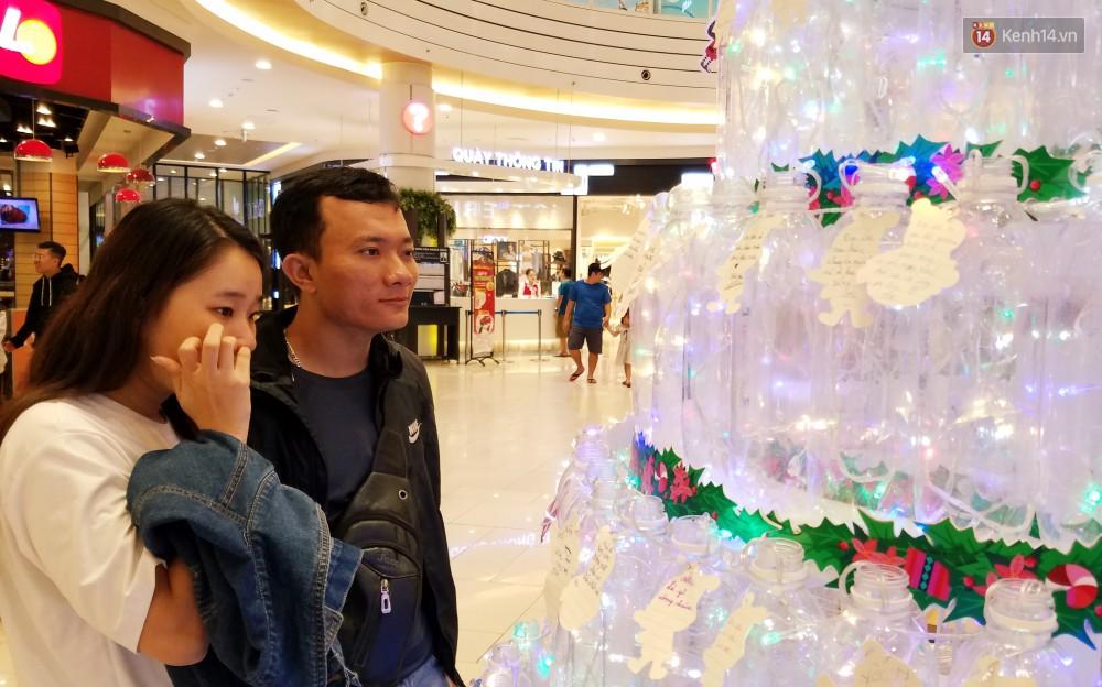 Những điều ước giản đơn trên cây thông Noel làm bằng vỏ chai nhựa ở Sài Gòn: Con ước ba mẹ sẽ không cãi nhau nữa...-13