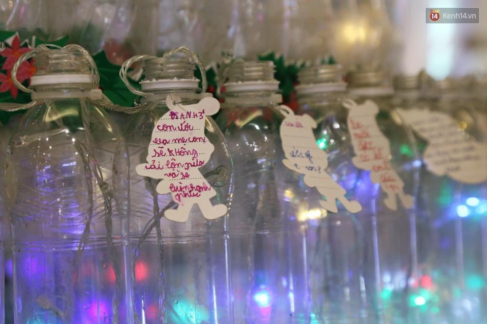 Những điều ước giản đơn trên cây thông Noel làm bằng vỏ chai nhựa ở Sài Gòn: Con ước ba mẹ sẽ không cãi nhau nữa...-14