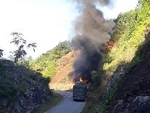 Xe chở gạo hỗ trợ các hộ dân nghèo bất ngờ gặp sự cố khi lên dốc, bốc cháy ngùn ngụt