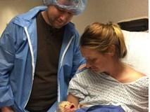 Mong đợi ngày con gái chào đời, mẹ lặng người khi lần đầu nhìn thấy khuôn mặt con