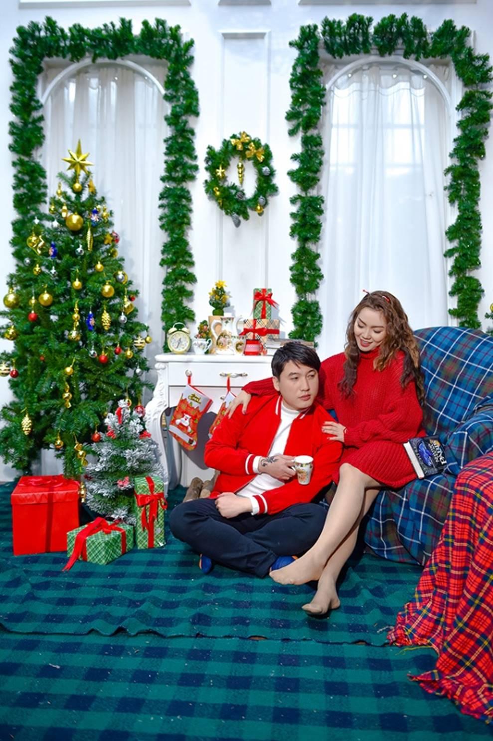 Ngọc Anh tình tứ cùng bạn trai tin đồn ít tuổi trong bộ ảnh Giáng sinh-1