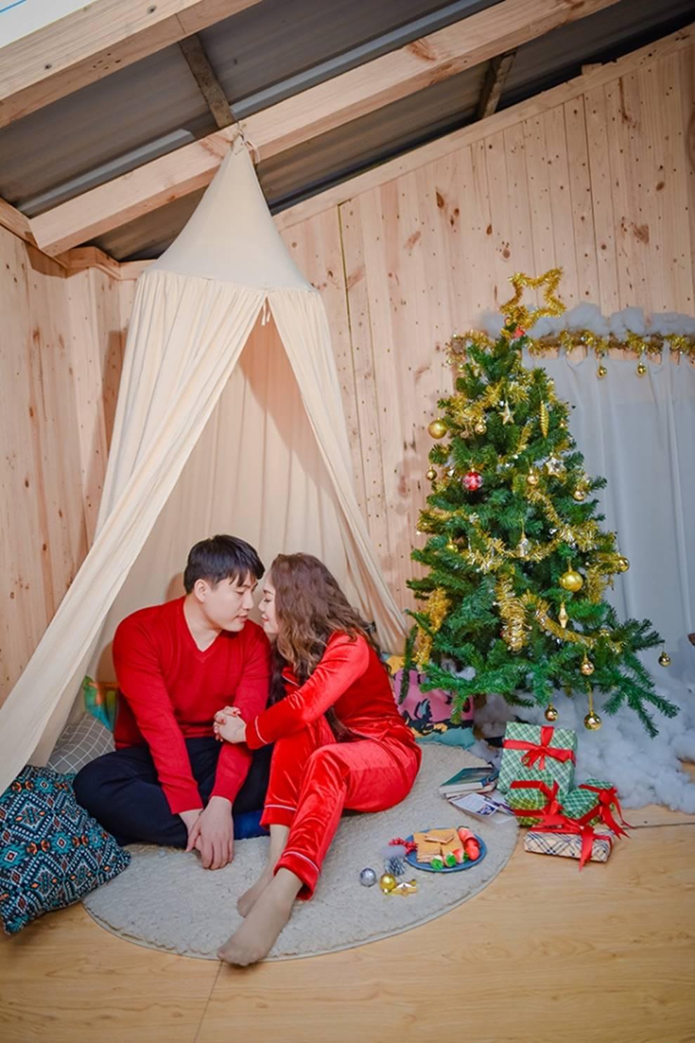 Ngọc Anh tình tứ cùng bạn trai tin đồn ít tuổi trong bộ ảnh Giáng sinh-11